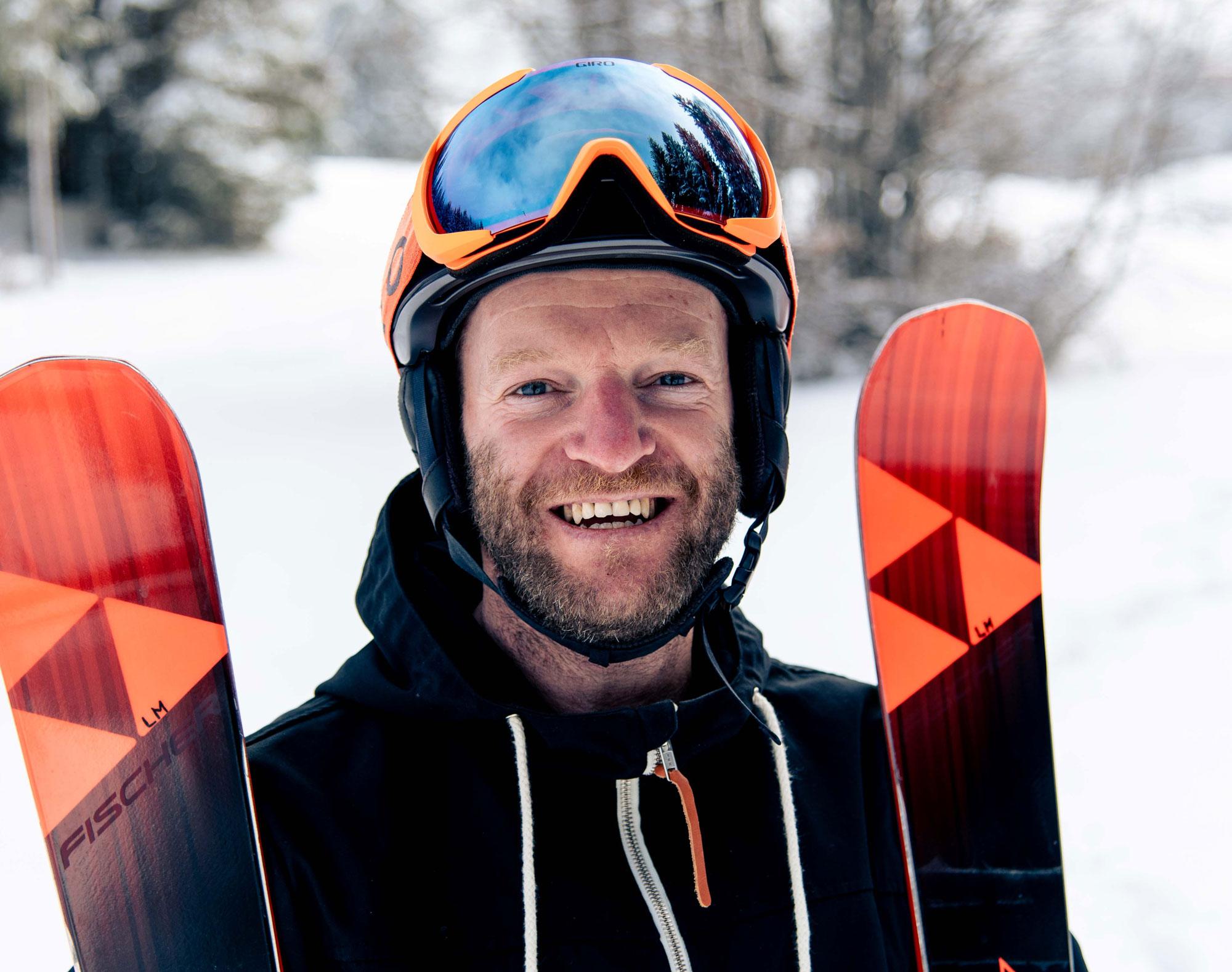 Markus mit Helm und Ski