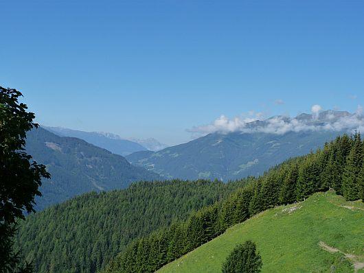 Unterhalb der Stanerhäuser kann man in das obere Mölltal schauen. Am Horizont zeigen sich schon jetzt die Lienzer Dolomiten.