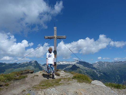 Nils am Gipfelkreuz vom Lonzaköpfl.