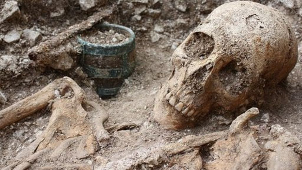 Archaeologists & military veterans uncovered Medieval skeleton of Saxon warrior on Salisbury Plain in England
