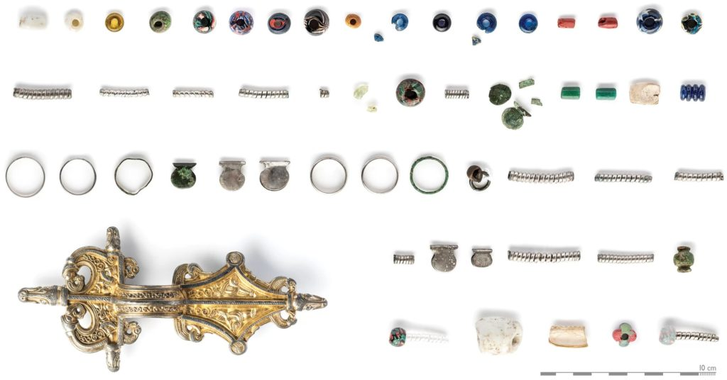 Some fantastic jewelry has also been discovered at Sandby borg. This photograph shows jewelry found in the house where at least nine people were killed. A brooch along with glass beads, rings and other forms of jewelry were discovered. Four deposits of jewelry were found in other locations at Sandby borg.