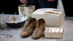 Shoes, a comb and buttons of mostly female Polish and Russian captives massacred by Nazi troops have been excavated in central Germany. Forensic teams have identified only 14 of the 208 people murdered there in 1945.