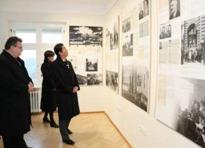 Shinzō Abe visits the former japanese consulate in Lithuania where Chiune Sugihara worked as vice consul. Sugihara helped some six thousand Jews flee Europe during the Second World War by issuing transit visas to them so that they could travel through Japanese territory, risking his job and his family's lives.