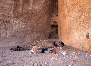 The sites of Manayzah (Yemen) and Ad-Dahariz (Oman) yielded dozens of fluted points. The Arabian examples date to the Neolithic period, about 8,000 to 7,000 years ago, up to 5,000 years later than the American examples