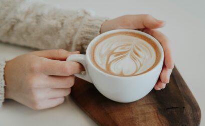 latte art on wooden server