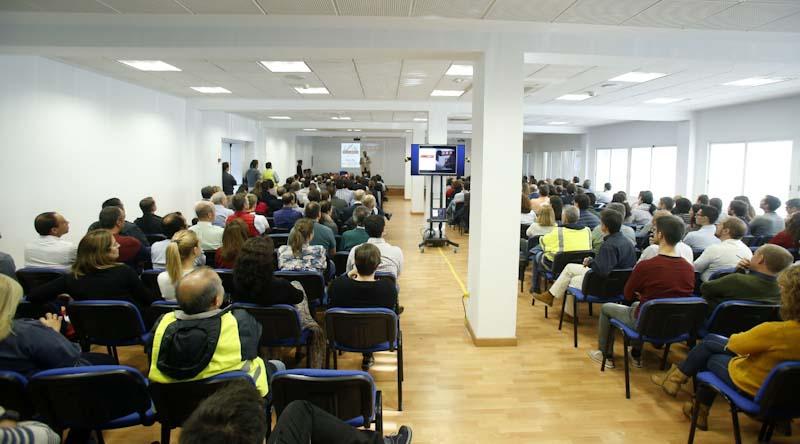 empleados del Grupo PSA España en la charla de julio de la iglesia