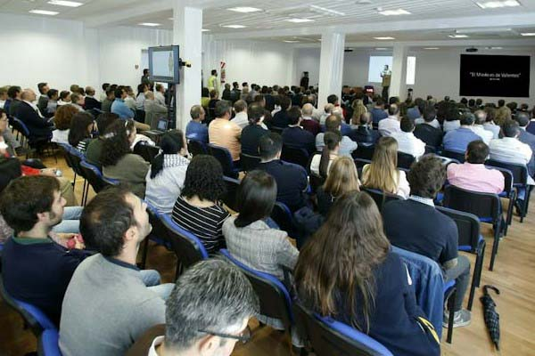 los-empleados-de-PSA-España-en-la-charla-sobre-la-gestion-del-miedo-de-julio-de-la-iglesia_edited