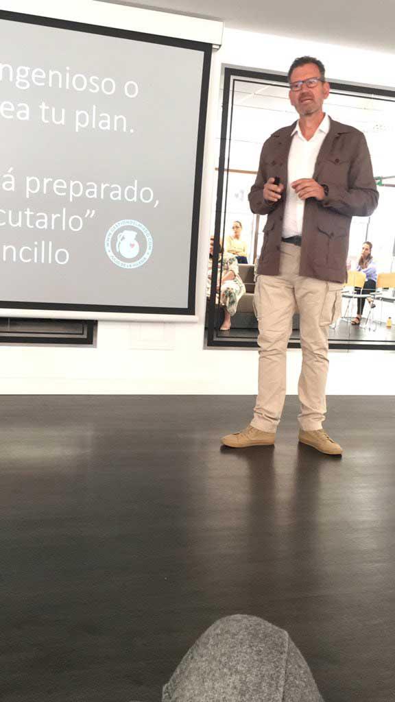 Julio de la Iglesia durante su conferencia en Edificio Cuzco IV