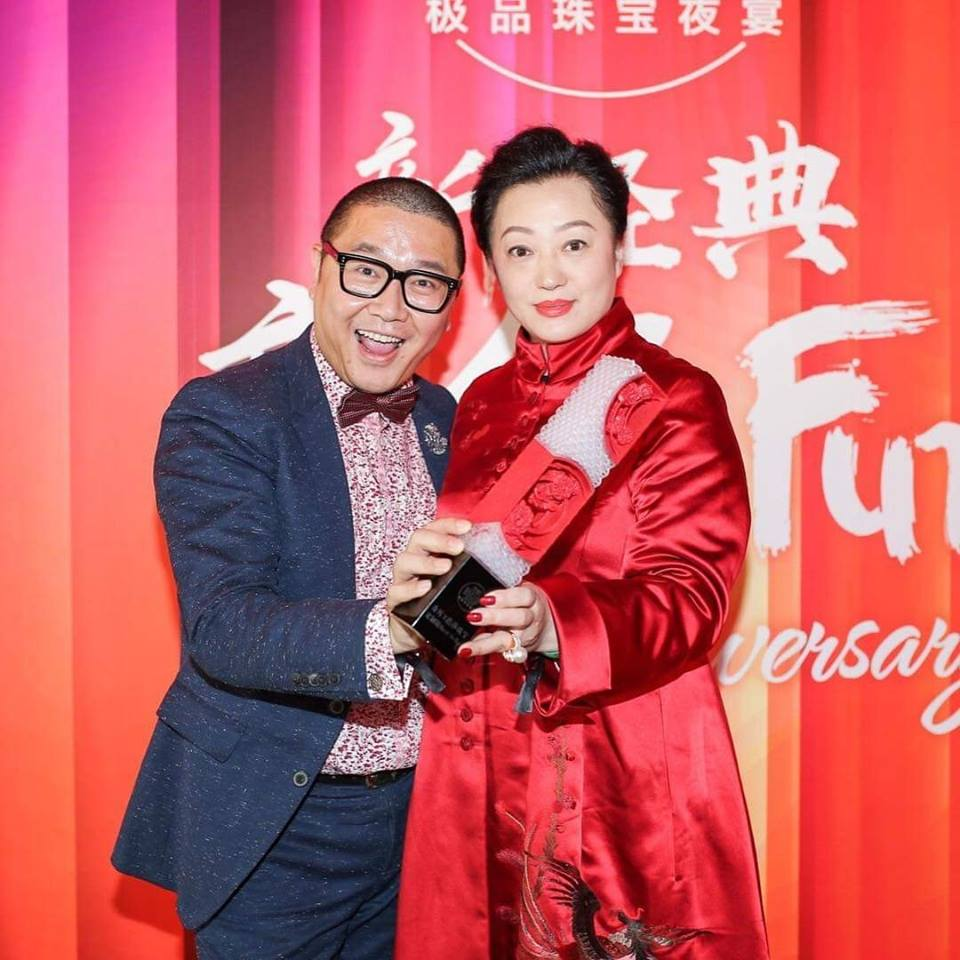 Fei Liu collecting award for 'Best Online Designer Jewellery'