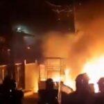 IndiaNewsUpdate : Viralvideo : मुस्लिम तरुणांनी मानवी साखळी तयार करून मंदिराला दिले दंगलीत दिले संरक्षण !!