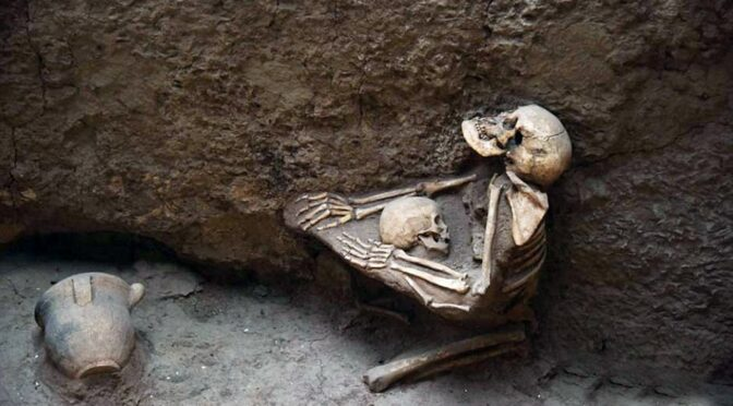 4,000-year-old skeletons of mother Clutching a child to her chest at China
