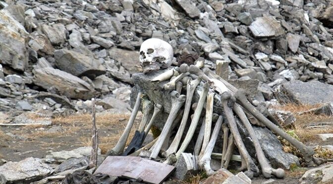 The mystery of India's 'lake of skeletons'