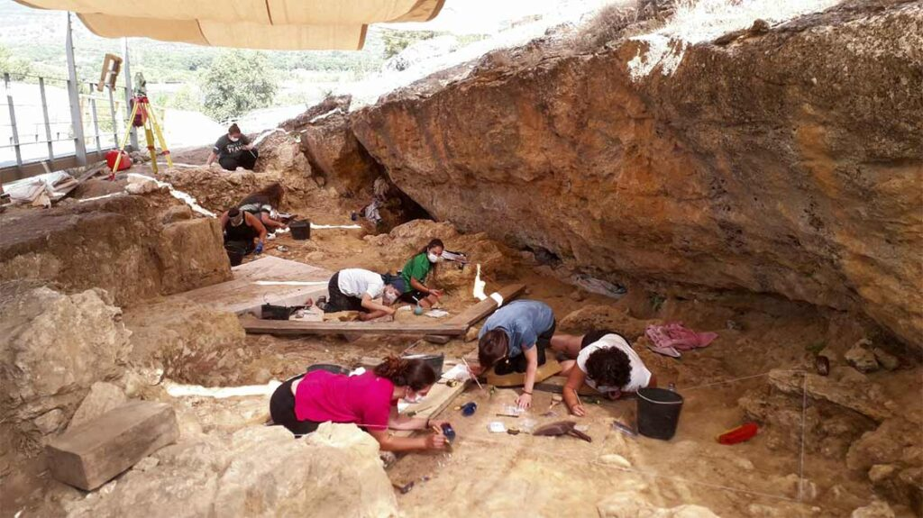 In Madrid, a 76,000-year-old Neanderthal hunting camp was discovered.