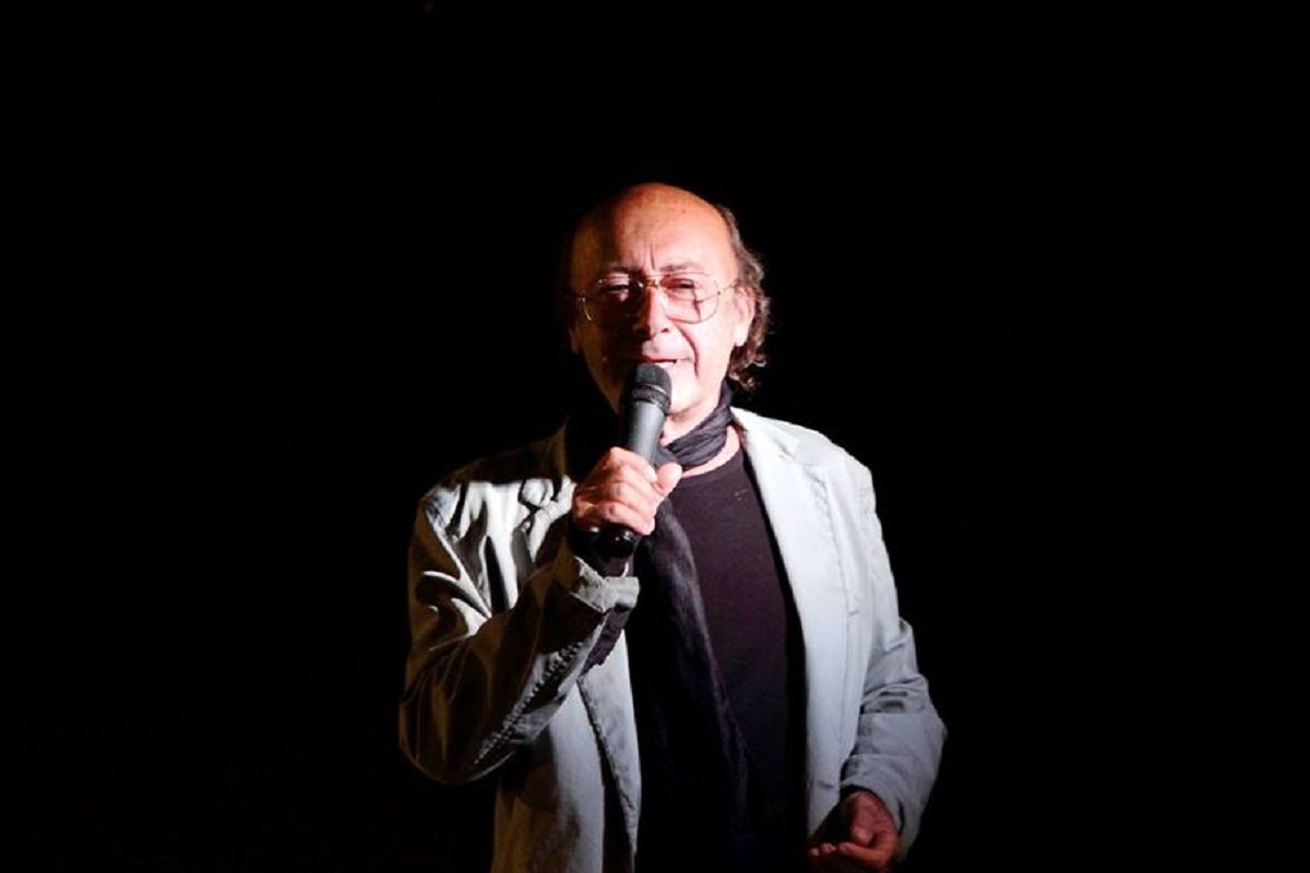 """Mauro Macario è un nome importante nel panorama italiano della poesia contemporanea. Poeta, saggista, scrittore, sono solo alcune delle """"etichette"""" di un artista che ha saputo raccontare i cambiamenti del mondo, vivendo in funzione della sua arte ed essendo vissuto dalla stessa."""