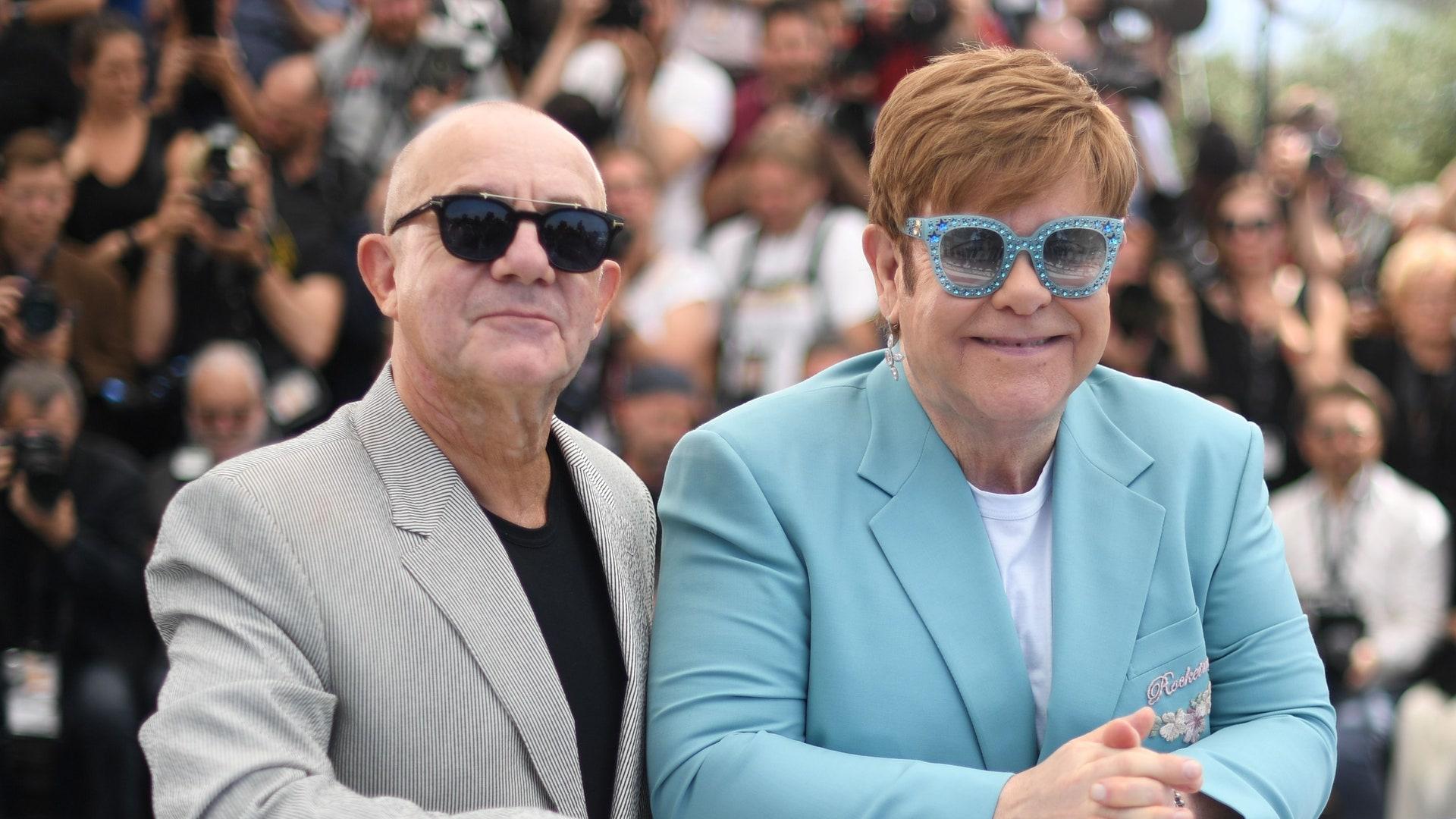 Elton John in posa