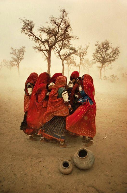Steve McCurry (1950) fotografa il mondo: una vita in viaggio per documentare le realtà meno agiate 2
