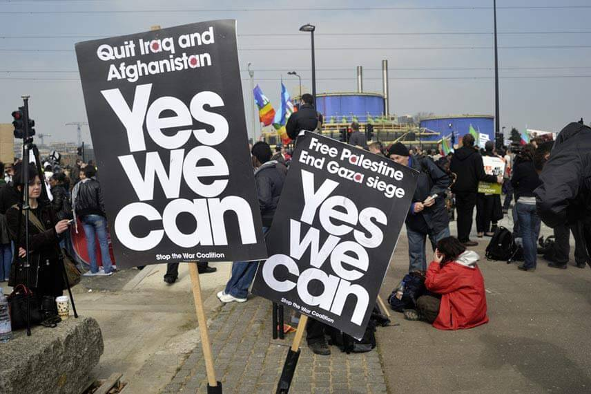 Two placards saying yes we can