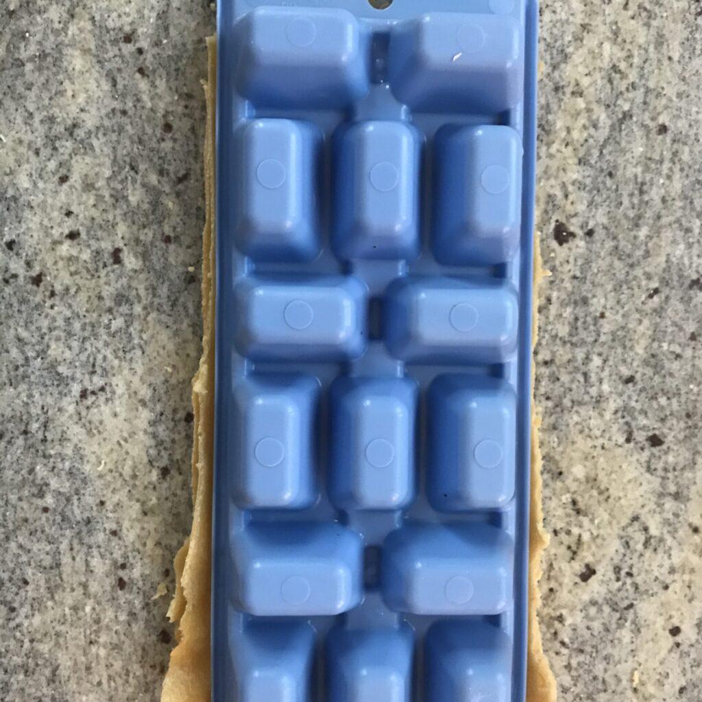 Eiswürfelform mit Teig