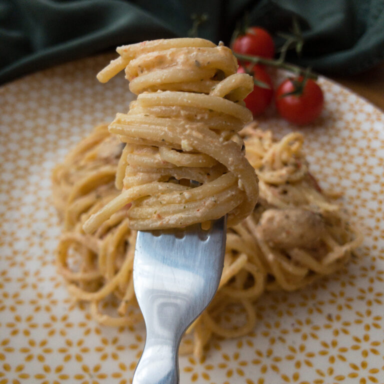 Spaghetti mit Feta, Champignons und Tomaten