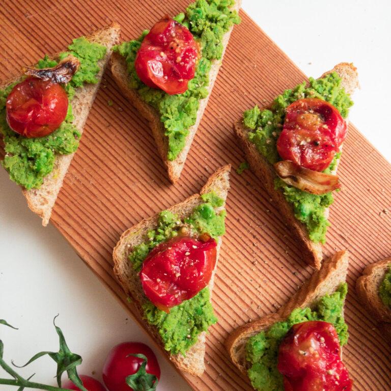 Knuspriger Toast mit Erbsencreme square