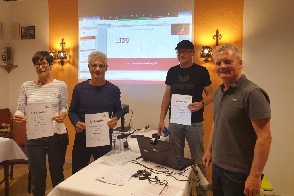 Lutz Gmel (rechts) ehrt Maria und Silvano Rosa für ihre 30jährige- und Thomas Ludwig für seine 20jährige Mitgliedschaft