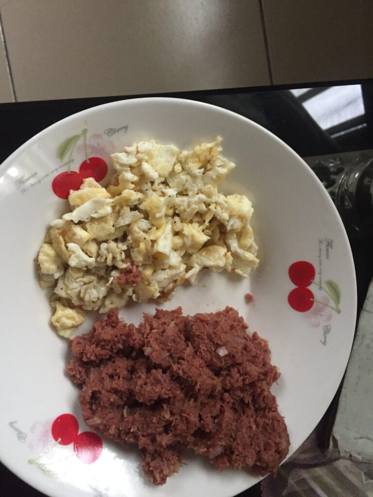 (Fried eggs and corned beef mesh)