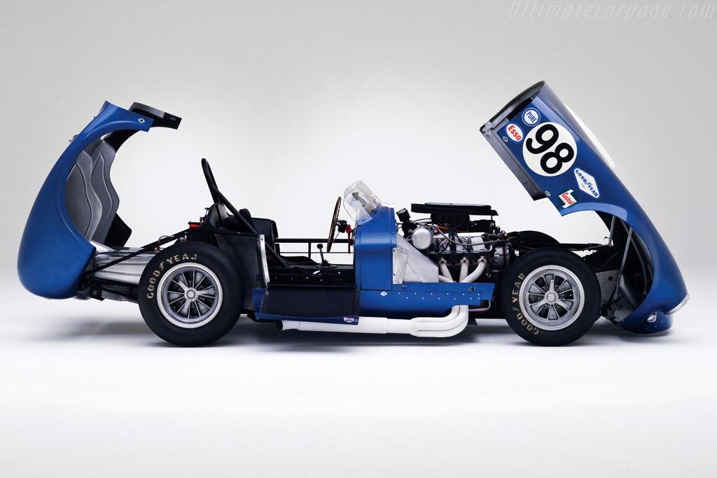 Ken Miles adaptó la carrocería del CSX 2196 para poder acceder más rápidamente a todos los elementos mecánicos más fácilmente.