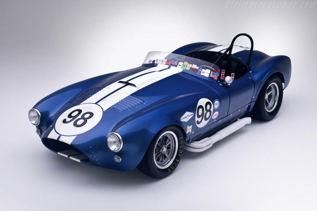 El númeo 98, además de ser el número favorito de Shelby, es un claro identificador del piloto. Ken Miles usaría este número en el mítico GT40 también