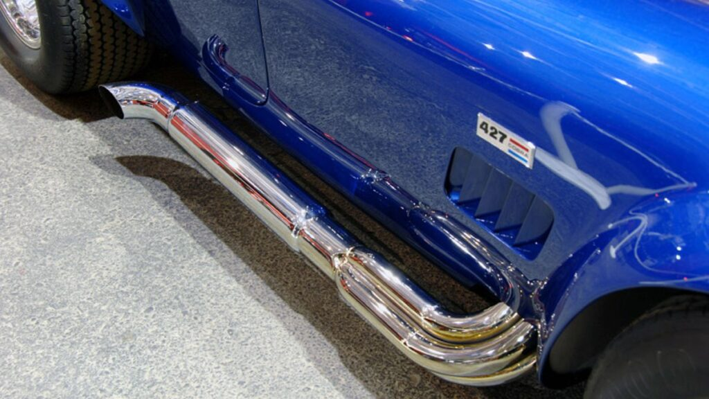 Las salidas de escape cromadas laterales quedan espectaculares en el Super Snake. Y por si tenías dudas de qué motor montaba, Shelby y Ford te lo recordaban con una placa en los laterales