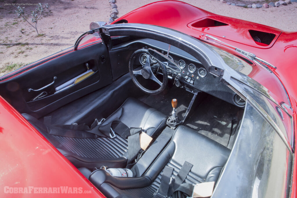 El interior fue inicialmente blanco pero Shelby, poco convencido de la combinación con el rojo exterior, ordenó retapizarlo en negro