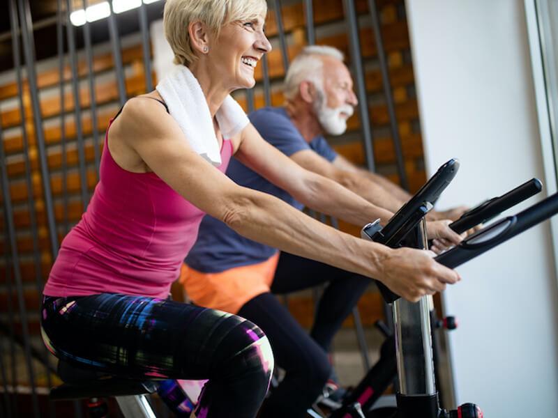 akitwell impressionen fitness indoor bikes aelteres paar