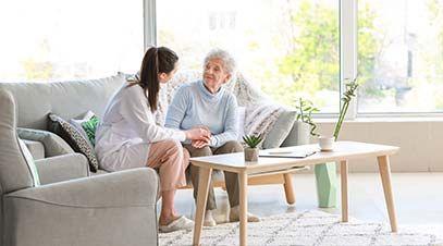 persona mayor hablando con cuidadora