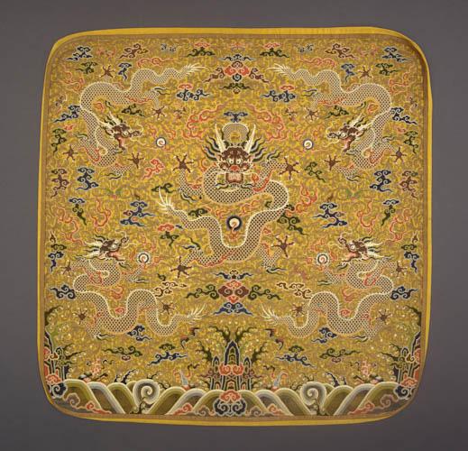 Pillow, China, Qing dynasty (1644-1911), Kangxi period (1662-1722), early 18th century. Silk shaped  109x111cm  Guimet Museum, Don Juan and Krishnâ Riboud, 1990 - MA 5803 (AEDTA 1089)  © RMN (Musée Guimet, Paris) / Jean-Gilles Berizzi
