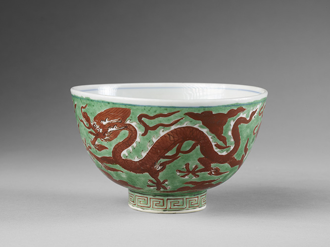 Bowl decorated with dragons, China, Jiangxi Jingdezhen, Ming Dynasty (1368-1644), Wanli period (1573-1620) . Porcelain decorated with enamel 9.2 cm x 15 cm  Guimet Museum, old collection Grandidier - G 54270  © NMR Grand Palace (Guimet Museum, Paris) / Thierry Ollivier