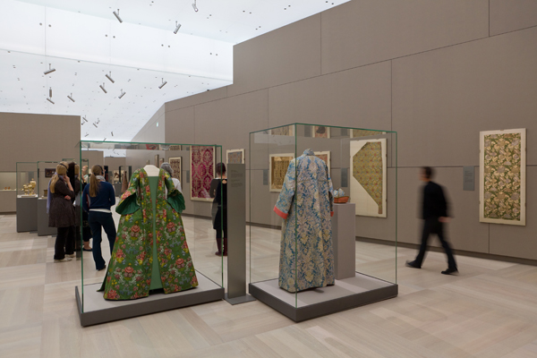 Section with textiles from Europe, Persia and the Ottoman Empire, 16th to 18th century ©Abegg-Stiftung, CH-3132 Riggisberg (photo: Christoph von Viràg)