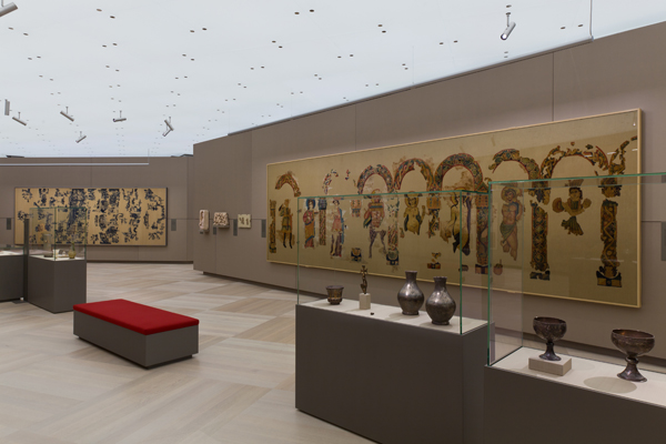 Section with objects the Mediterranean Region, Late Antiquity, 4th to 7th century  The Dionysos hanging is a 7-metre-long tapestry, with Dionysos and his entourage portrayed beneath arcades adorned with floral ornamentation and braided patterns. ©Abegg-Stiftung, CH-3132 Riggisberg (photo: Christoph von Viràg)