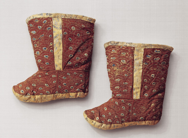 Pair of boots, Northern China, Liao Dynasty, 1st half of the 11th century Silk gauze, embroidered with strips of gilt paper and silk; silk The elite of the Liao Dynasty clad itself in silk from head to foot, both in life and in death. This pair of silk boots is a well-preserved example testifying to the significance of textile art in the nobility of the Liao Dynasty. ©Abegg-Stiftung, CH-3132 Riggisberg (photo: Christoph von Viràg)