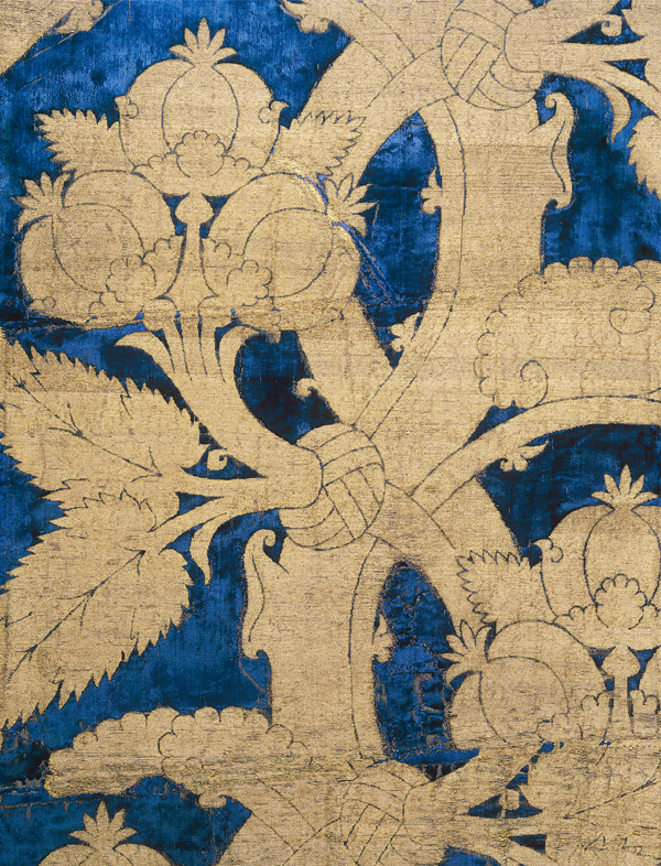 Velvet with pomegranate pattern Italy, 15th century Inv. No. 818 Among the most luxurious silk weavings in the new permanent exhibition of the Abegg-Stiftung is this blue velvet with a pomegranate pattern brocaded in gold threads. ©Abegg-Stiftung, CH-3132 Riggisberg (photo: Christoph von Viràg)