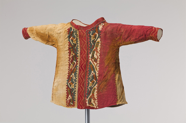 Woollen child's shirt, Eastern Central Asia, 4th–2nd century BCE ©Abegg-Stiftung, CH-3132 Riggisberg (photo: Christoph von Viràg)