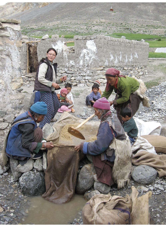 Women wearing lhokpa capes, Photogsar village, en route to Zanskar
