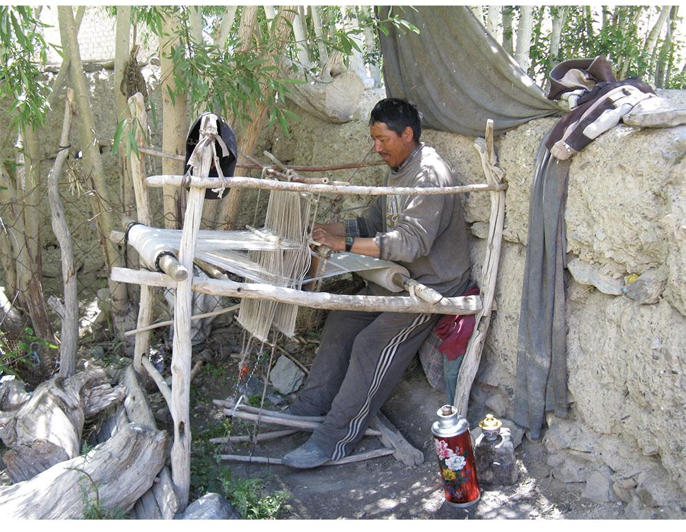 Weaving snambuon a foot-loom, Zangla