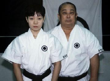 <strong>AU-DESSUS:</strong> Onaga Michiko avec son père. <br> Shinjinbukan Honbu Dōjō. Okinawa, 2000.