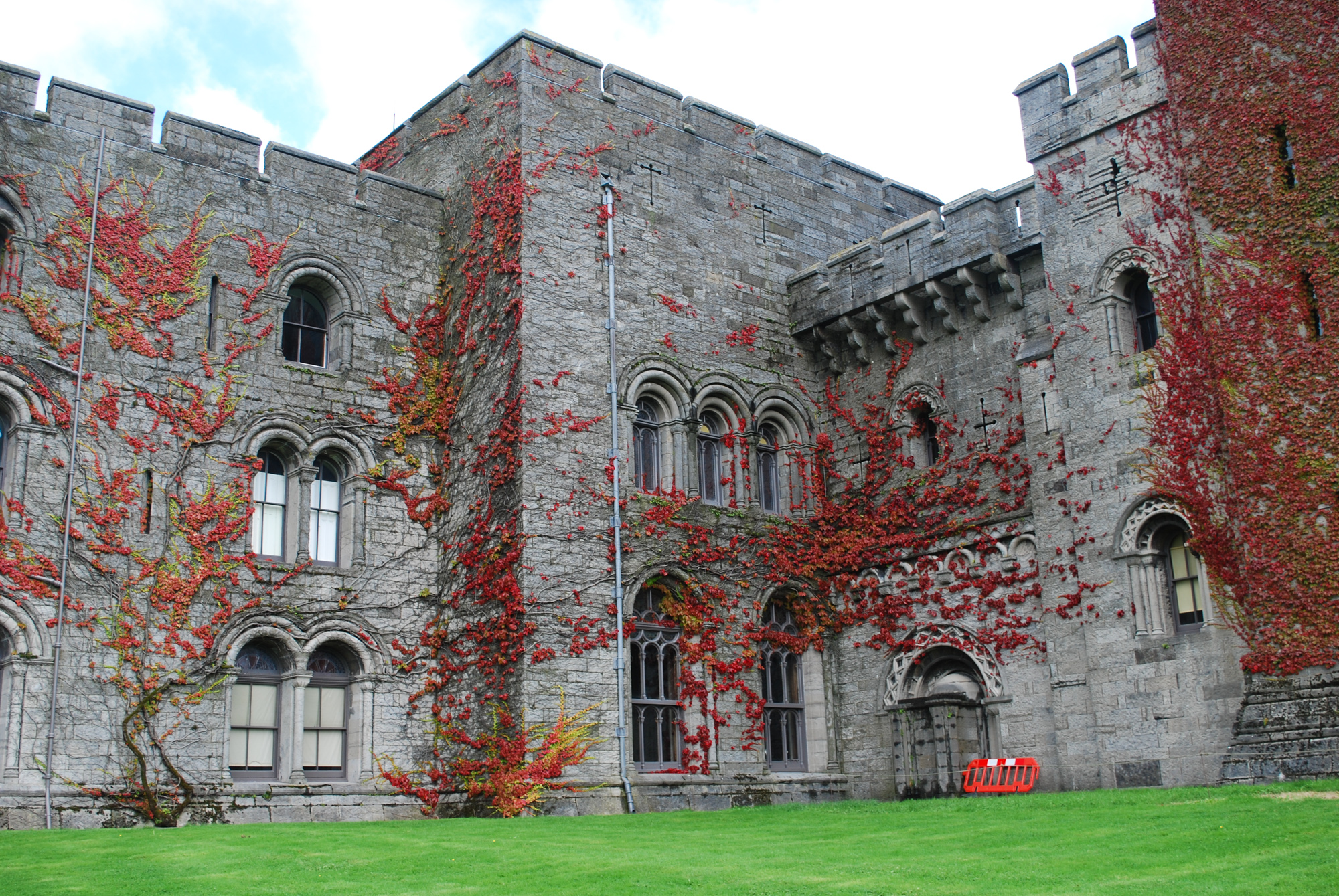 penrhyn-castle-red-leaves