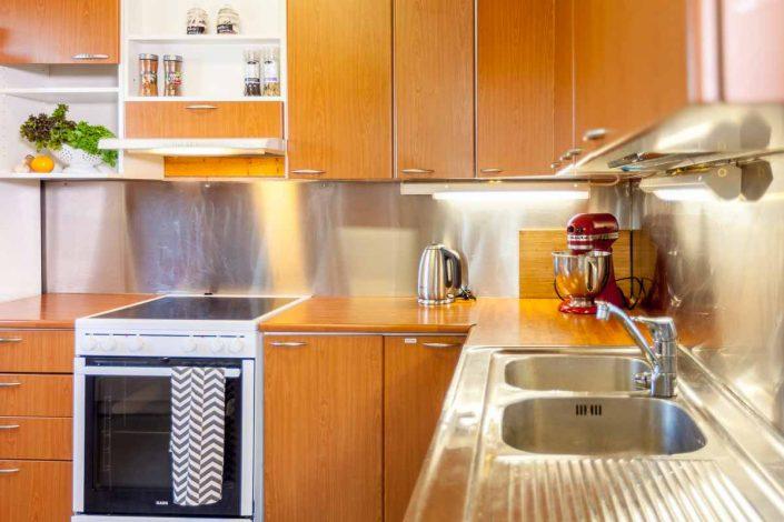 Varustellussa keittiössä astiasto 20 hlö:lle