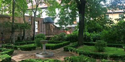Un jardín romántico en el centro de Madrid