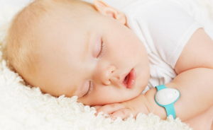 baby asleep wearing a neebo monitor