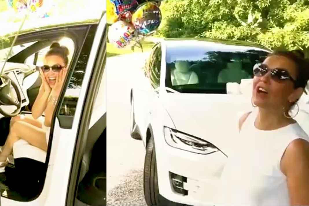 Thalía se emocionó con su nuevo auto, al que Tommy le puso globos y un moño en el cofre