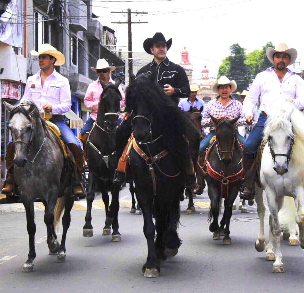 Eduardo Capetillo, acompañado de su hijo, disfrutando de un paseo a caballo por Ocoyoacac