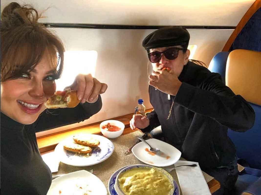 Thalía y Yolanda Andrade disfrutaron de enchiladas suizas y molletes en el avión