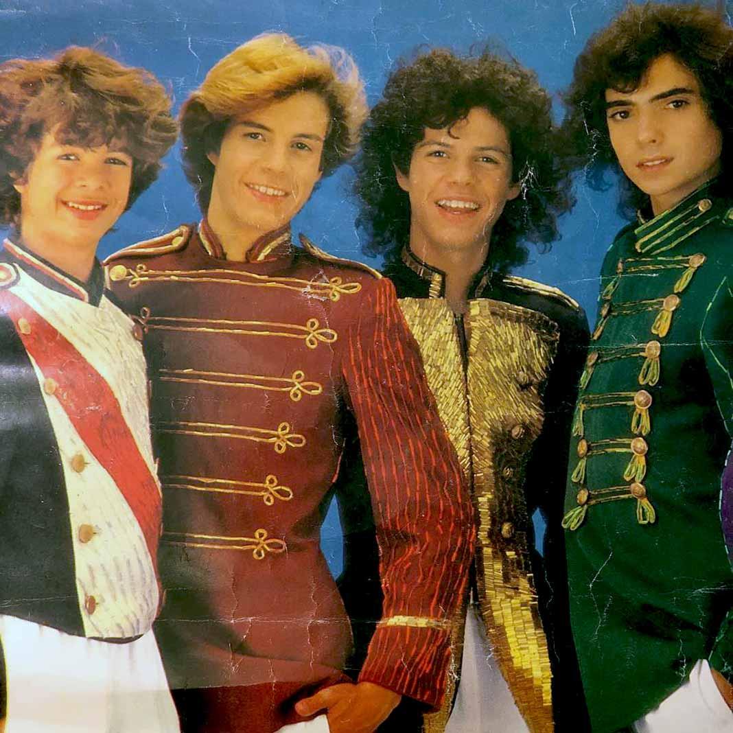 Aquí vemos a cuatro de los seis integrantes, y a Will, el tercero de izquierda a derecha